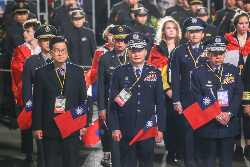 參謀總長沈一鳴(中)1月1日參加元旦升旗畫面。 圖/聯合報系資料照