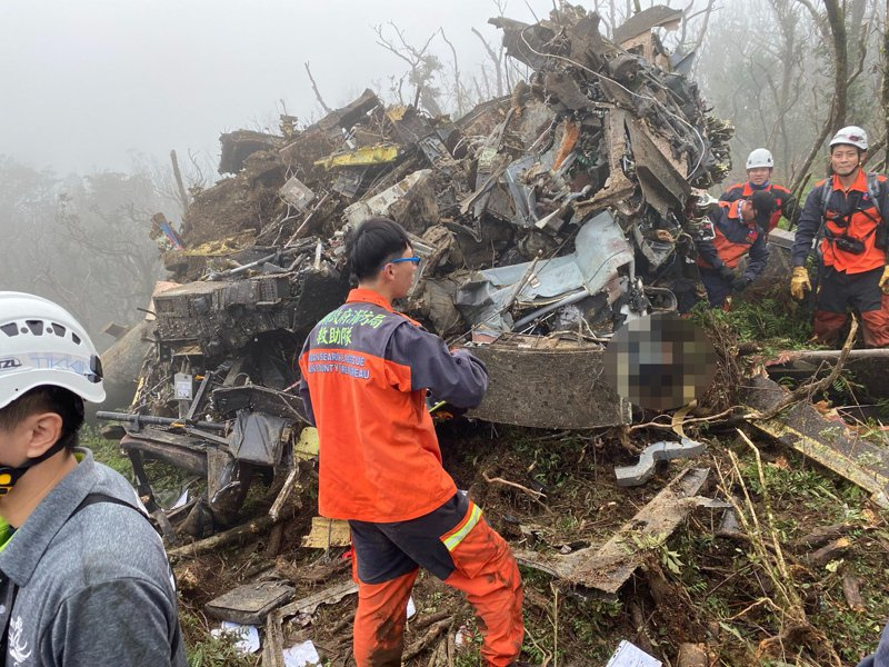 搜救人員抵達現場,接觸到生還者。記者柯毓庭/翻攝