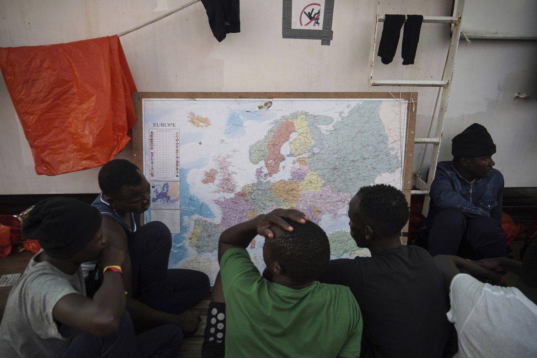 大批移民為了過上好的生活,冒險橫渡地中海前往歐洲。 (美聯社)