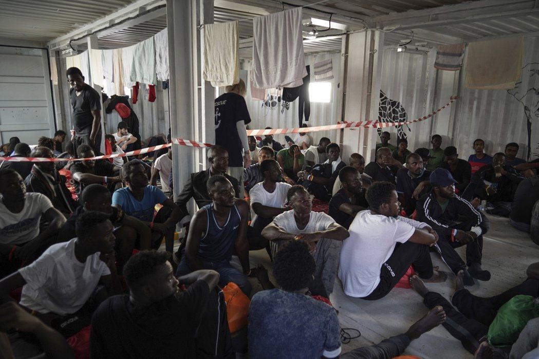 人道救難船「維京海洋號」在地中海拯救的大批移民。 (美聯社)