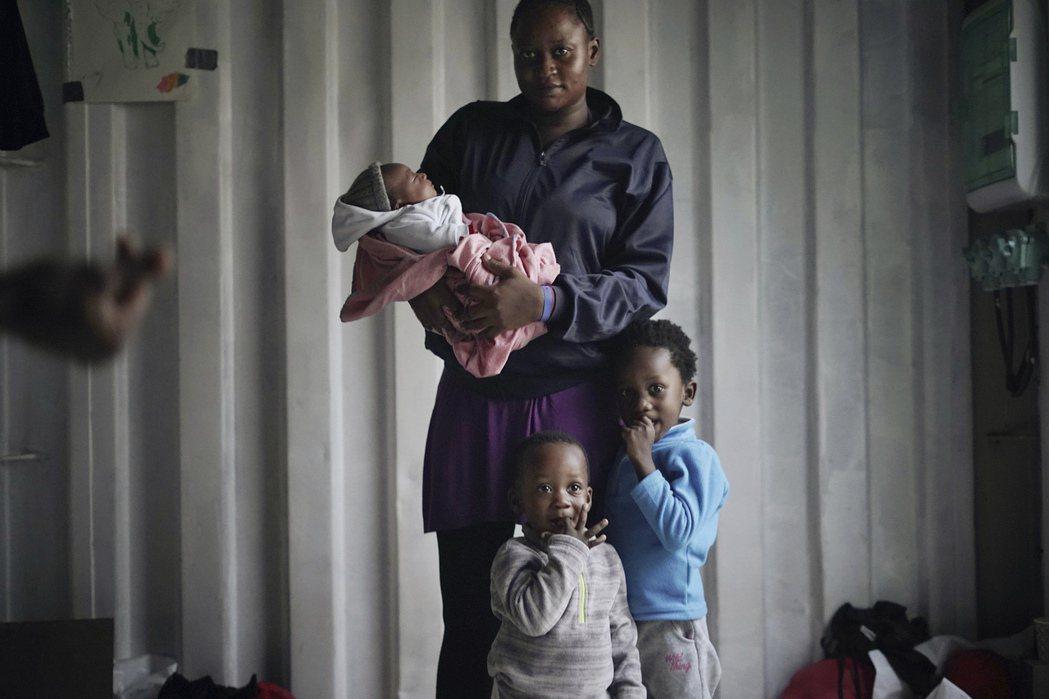 來自喀麥隆的艾梅跟3名子女。 (美聯社)