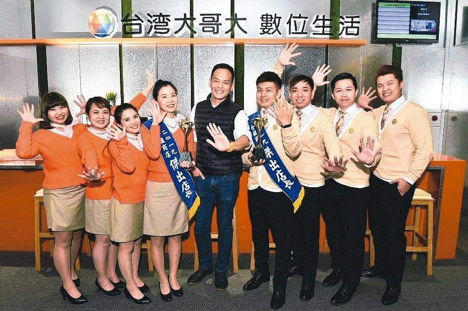 台灣大哥大總經理林之晨(中)非常重視第一線門市人員訓練。 台灣大哥大/提供