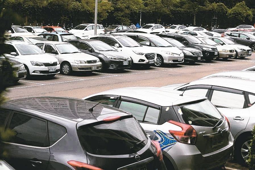 春節將來臨,許多車廠推出促銷,國稅局表示,民眾可把握汰舊換新減徵新車貨物稅利多。...