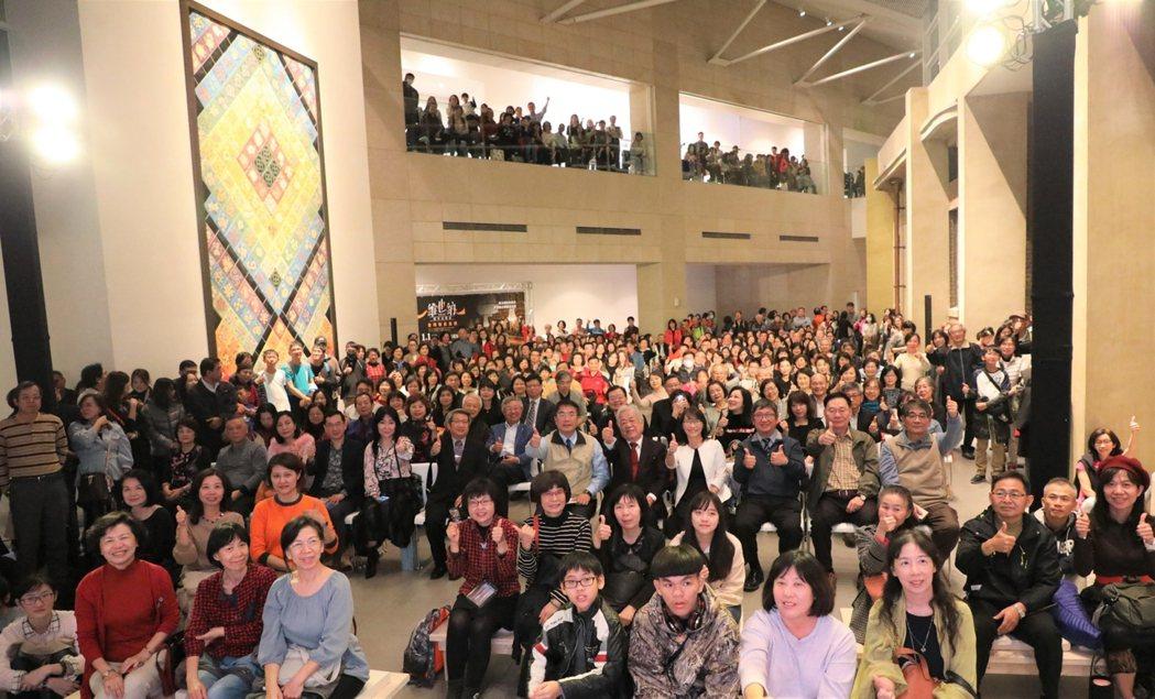 維也納愛樂新年音樂會直播擠進超過600人到南美館1館聆賞。  南美館 提供