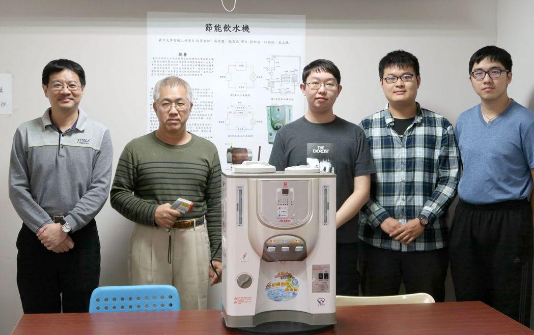 「電機系」老師張恩誌(左起)與吳榮慶帶領的師生團隊,脫穎而出,勇奪金牌。 義守大...
