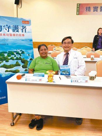KADOILTELATK(左)感謝治療她的新光醫院外科醫師方躍霖,兩人合影。 記...