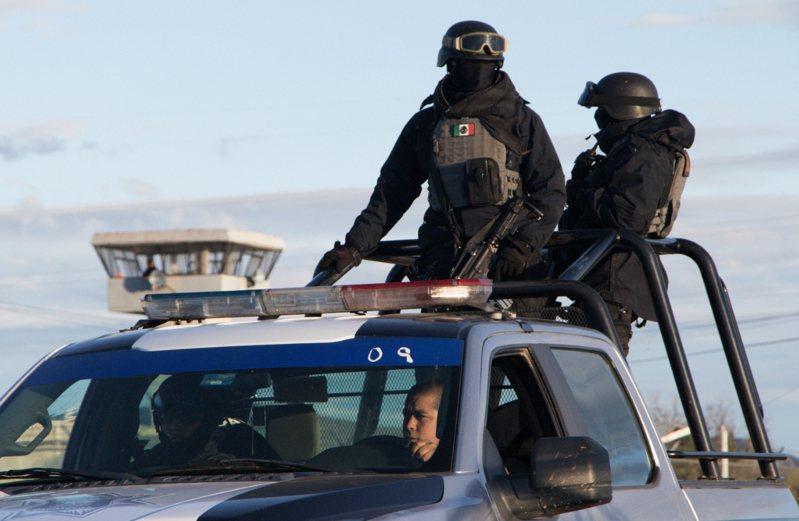 墨西哥中部薩卡特卡斯州一所監獄除夕發生鬥毆事件,造成16死5傷。事發後,警察站在監獄外面的車輛上守望。 路透社