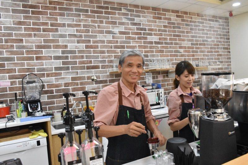 萬燦輝擔任咖啡廳吧檯手期間約4個月,他因以前擔任警察,常服務人群,總能快速與顧客...