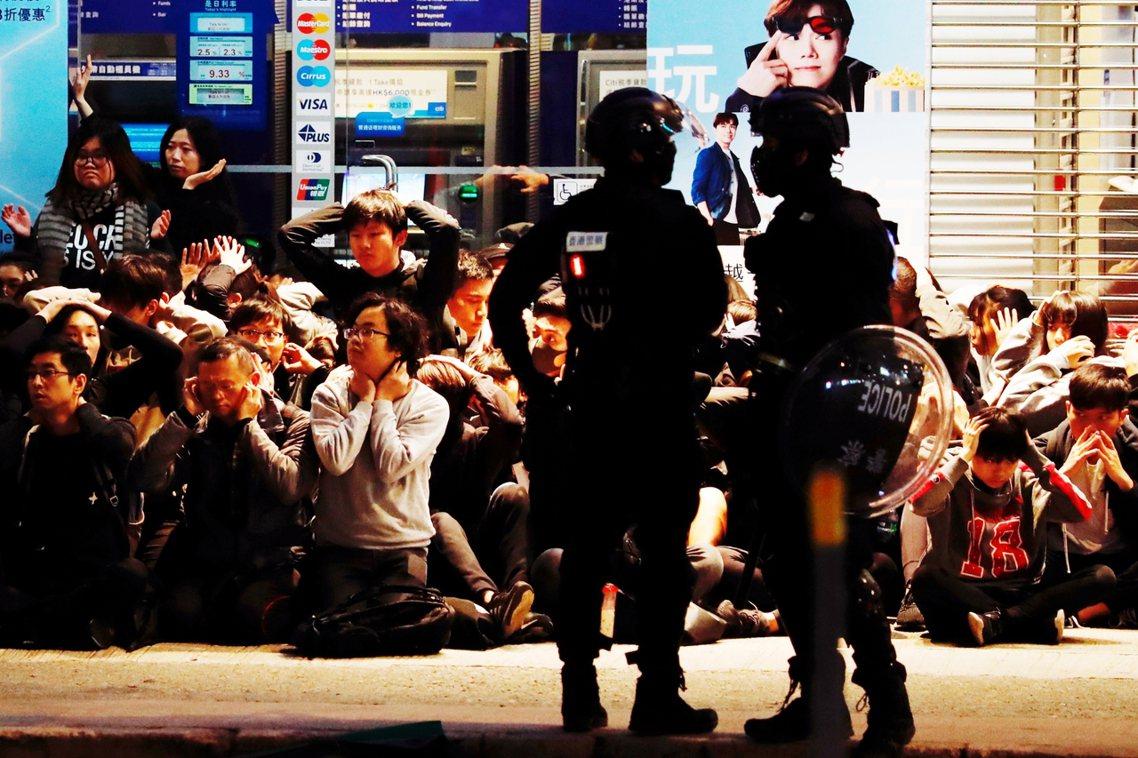 根據《BBC》、《明報》等媒體的資料,當晚有超過400人被捕,理由是「涉非法集結...