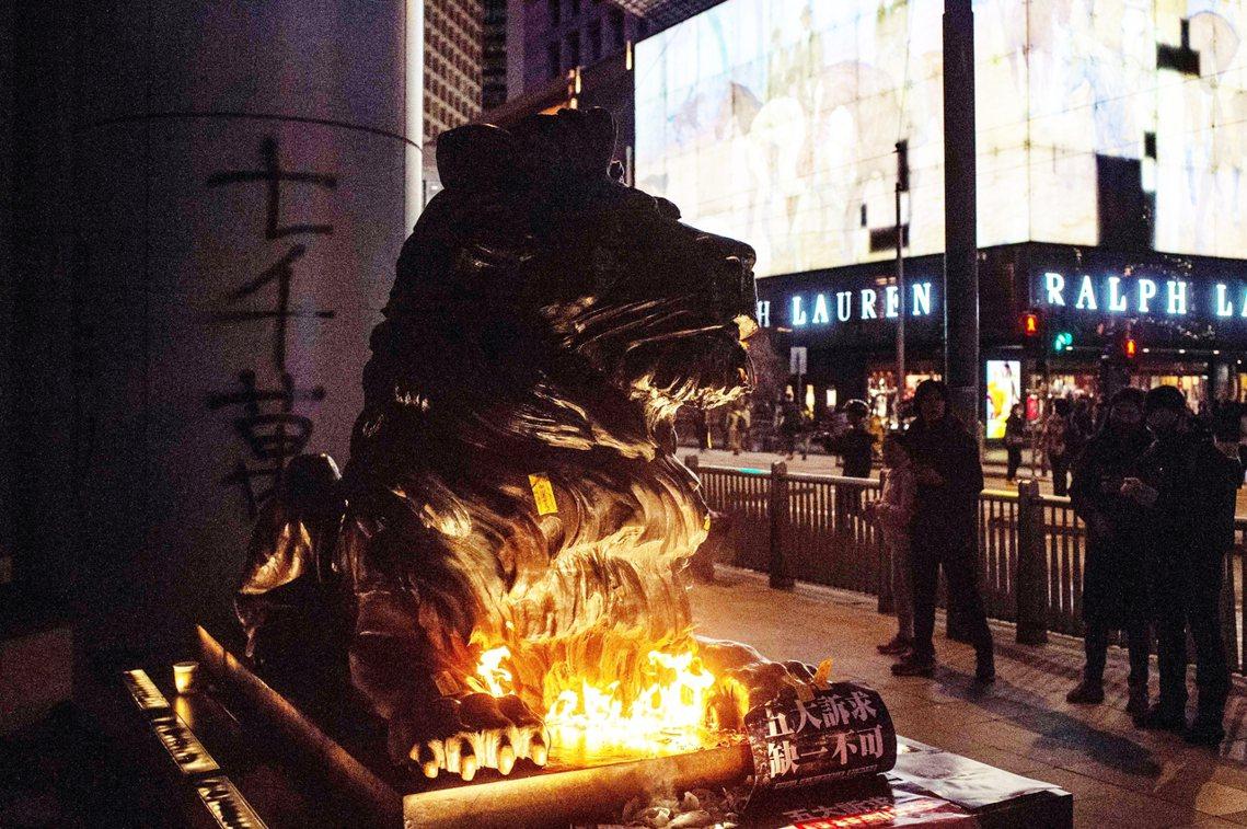 匯豐銀行因為之前關閉香港眾籌平台「星火同盟」帳戶的爭議,也有許多分行遭示威者破壞...