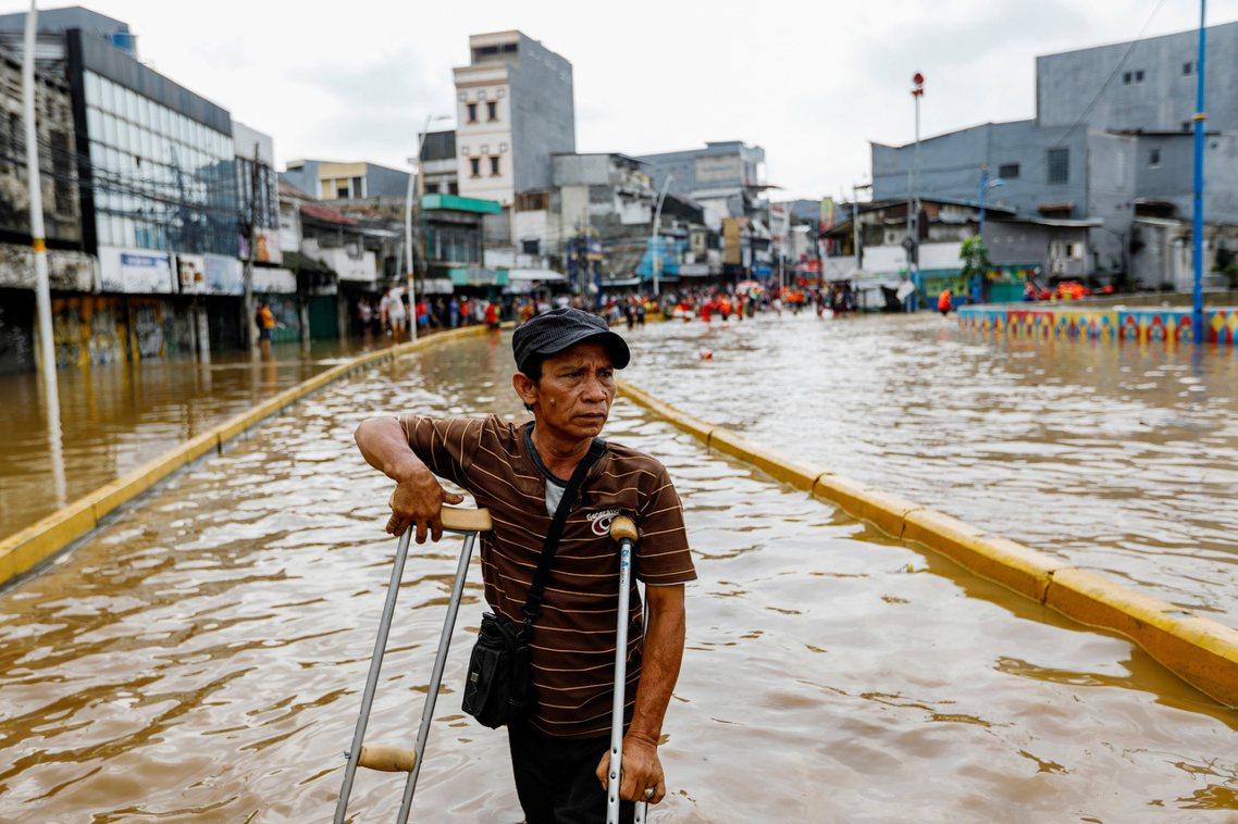 印尼爪哇島目前正逢年度「雨季」的高峰。 圖/路透社