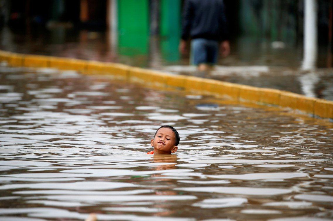 由於超抽地下水導致的地層下陷,與全球暖化造成的海平面上升,雅加達「持續沉沒」。印...