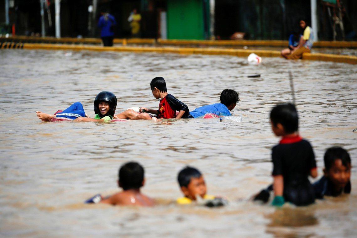 「從直升機上看得很清楚,有治水的16公里流域都沒有事,但剩下拖延的17公里卻是一...