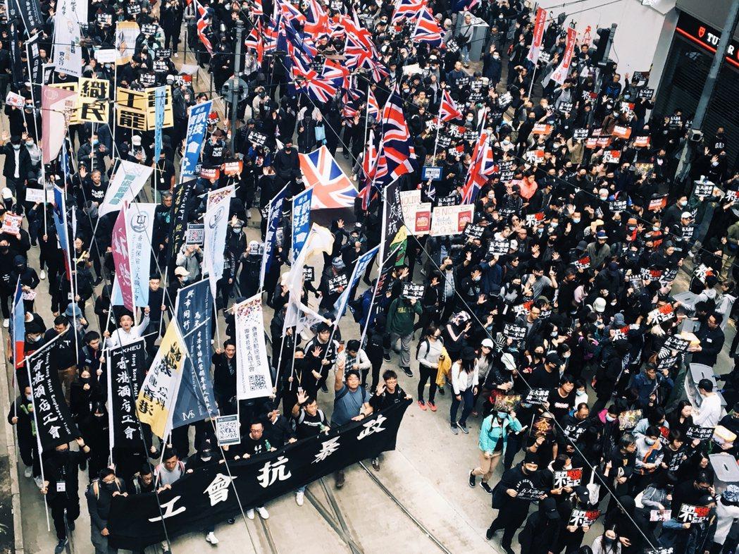 元旦大遊行中,有團體拉著「工會抗暴政」的橫幅。 圖/作者攝影提供