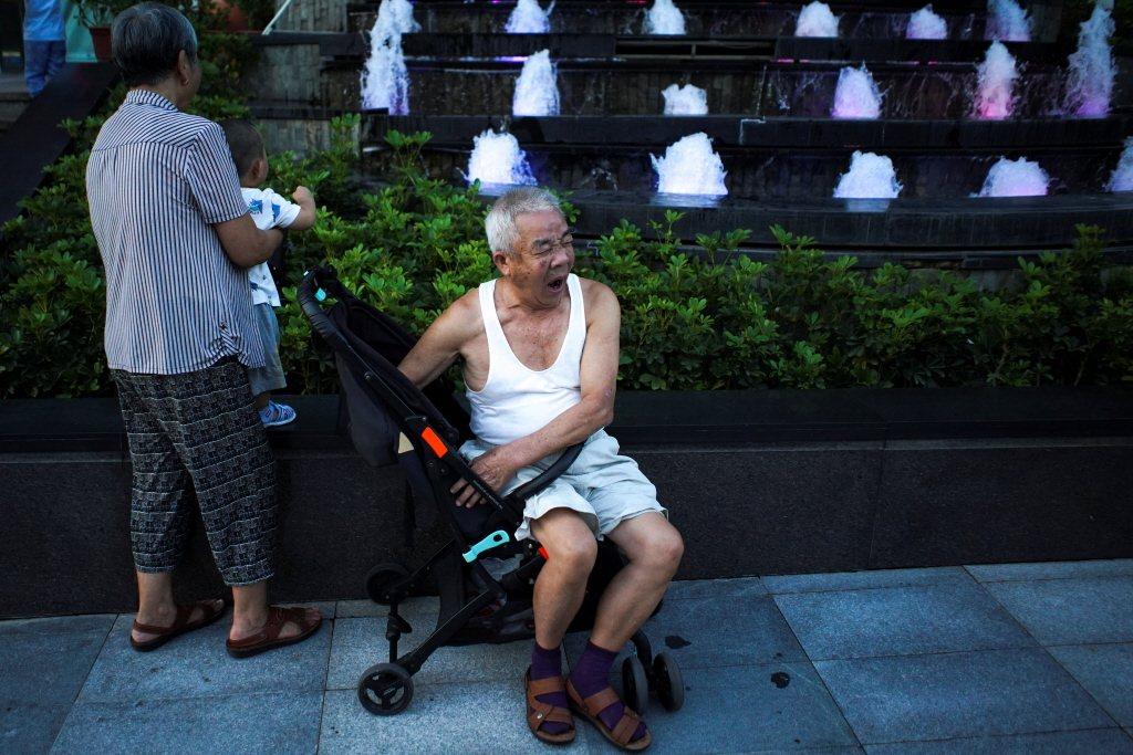 出生人口驟減,中國老化速度加快,適齡勞動人口占比縮小、勞動參與率下降,使社會福利成本激增。 圖/路透社