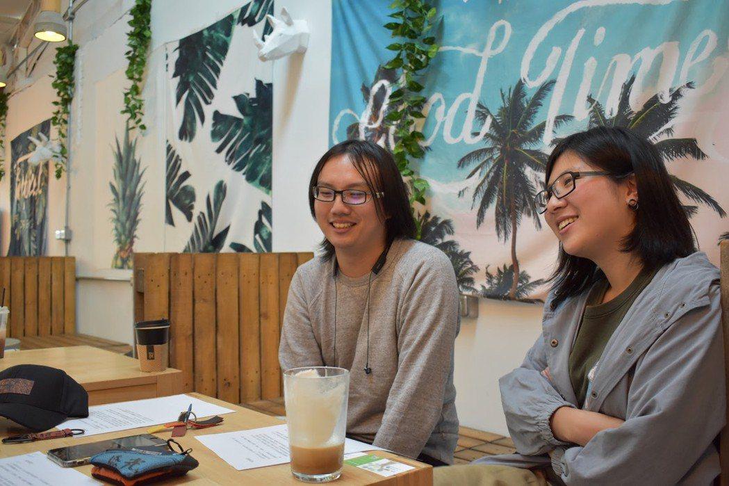 訪談中面露微笑的黃唯彧(左)與林敬家(右)。 圖/林妤瑄攝影