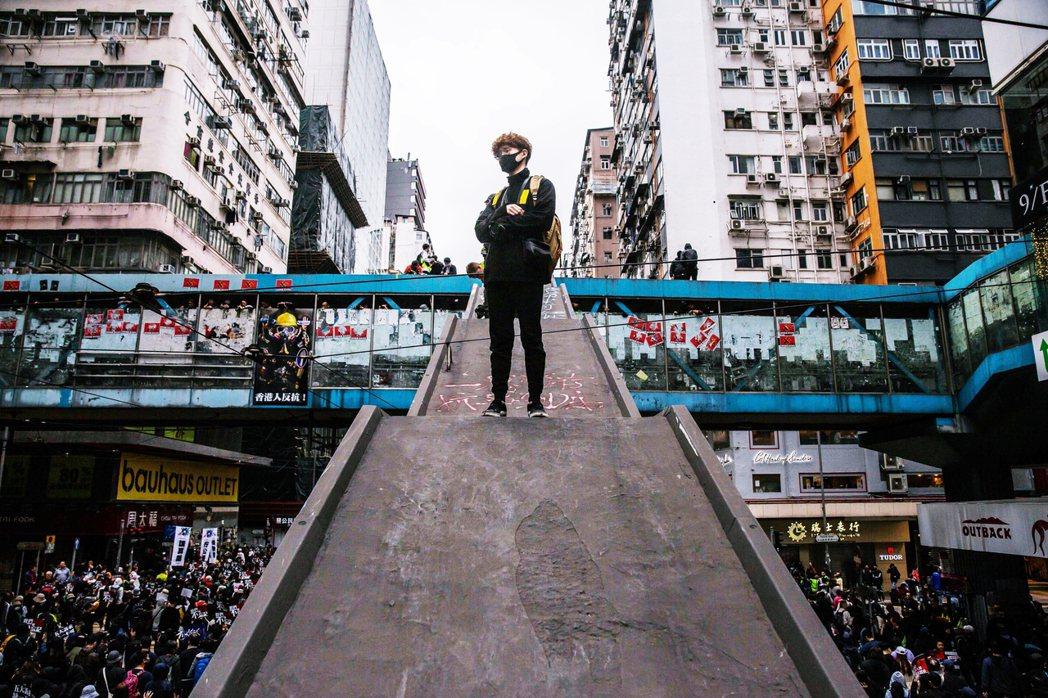 香港抗爭表面上看似逐漸平息,實際上暗潮洶湧;面對香港警察的優勢武力與6,000多...