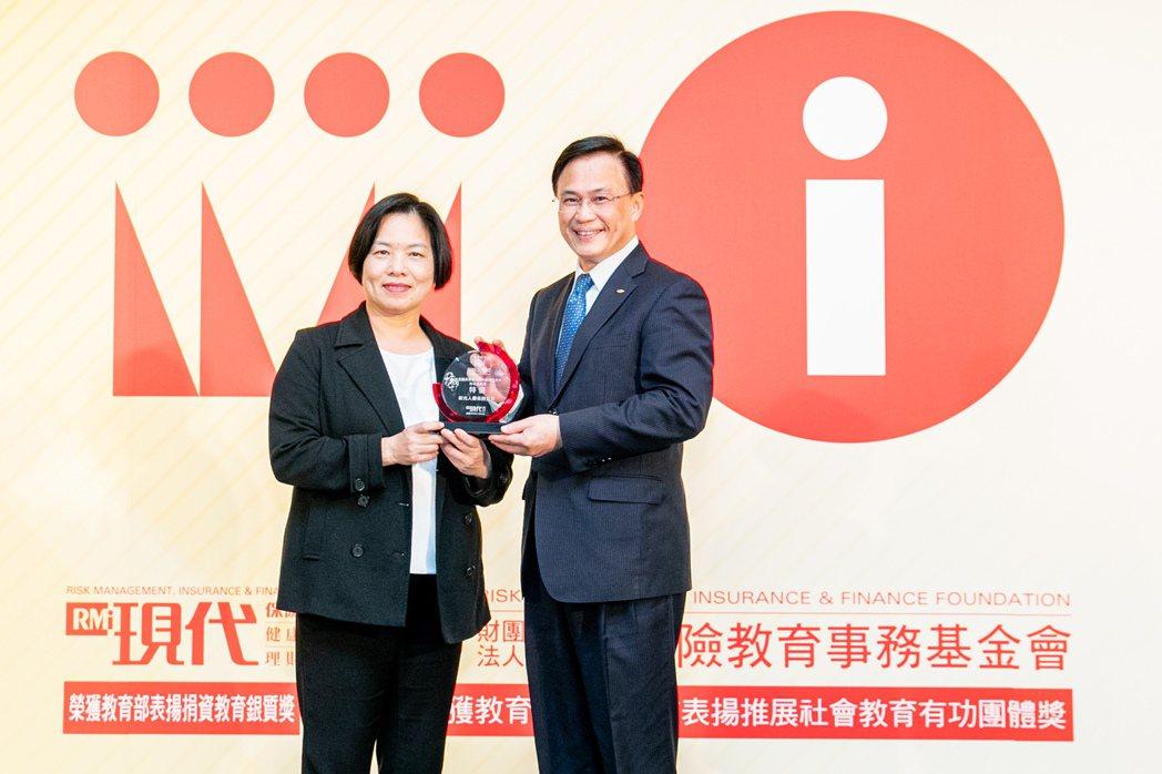 新光人壽榮獲「2020第八屆保險品質獎」四項大獎項肯定,由保險局局長施瓊華(左)...