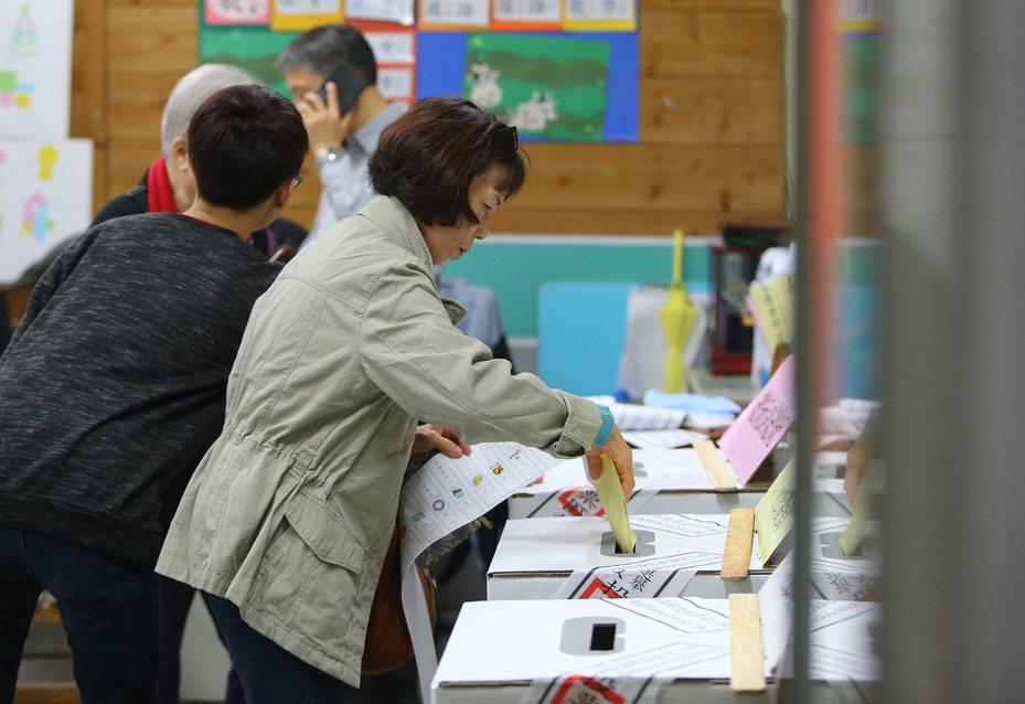 2020總統大選今天投票,全台投開票所發生違法或違規49件47人,以攜帶手機最多。 記者陳柏亨/攝影