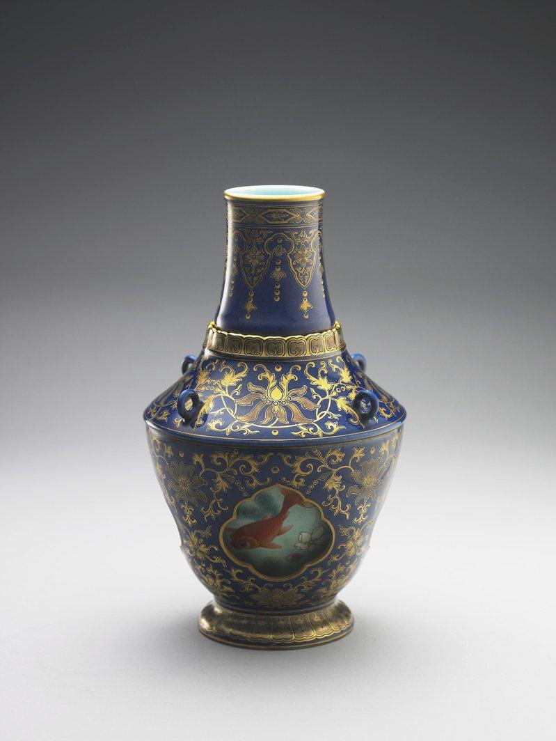 「清乾隆霽青描金游魚轉心瓶」獲文化部指定為國寶。圖/故宮提供