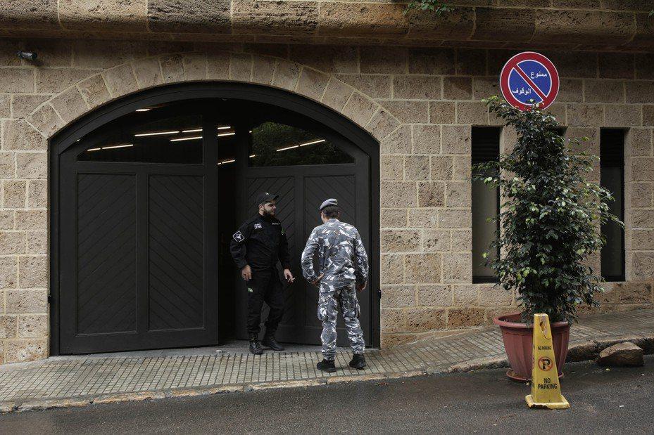 維安人員在貝魯特一處民宅前值勤,據傳此地可能日產前執行長高恩的住所。 美聯社