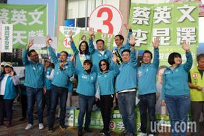 民進黨大團結 高雄立委候選人一早分站街頭拜票
