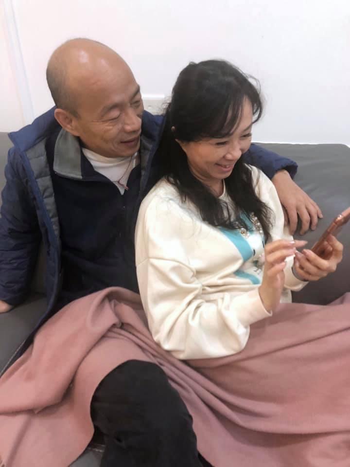 韓國於昨日深夜在臉書發出摟著妻子李佳芬曬恩愛的照片,韓競辦證實,兩人在看小雞孵蛋...