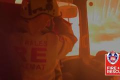 影/驚險!澳洲野火襲消防車 滅火毯擋窗口阻隔
