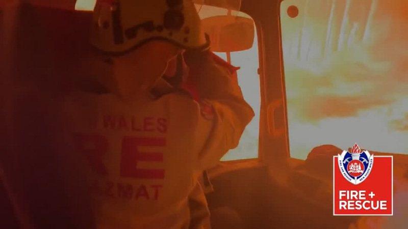 澳洲新南威爾斯省消防局31日在推特上傳一段影片,獲派支援撲滅燎原野火的消防員拍下他們搭乘的消防車一度反遭大火團團包圍,必須就地採取避難措施。路透/FIRE AND RESCUE NSW