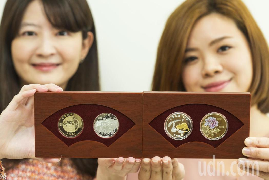中央銀行上午宣布「庚子鼠年生肖紀念套幣」將在1月14日正式開賣,每套1800元,...