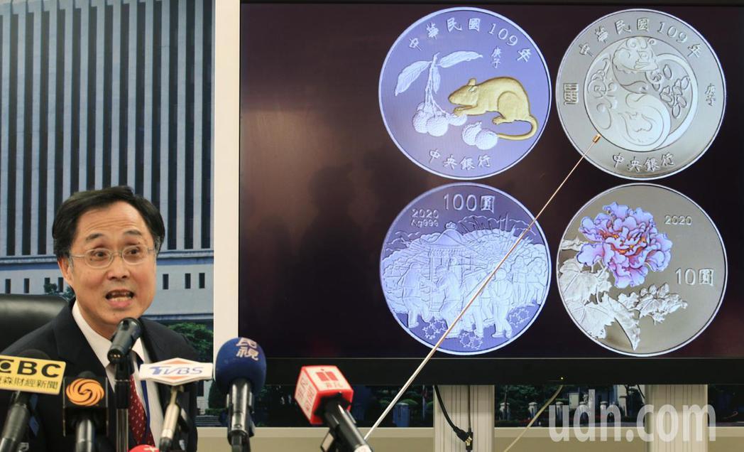 央行發行局局長施遵驊(圖)在記者會上說明,鼠年套幣每套內含1英兩鼠年銀幣(面額新...