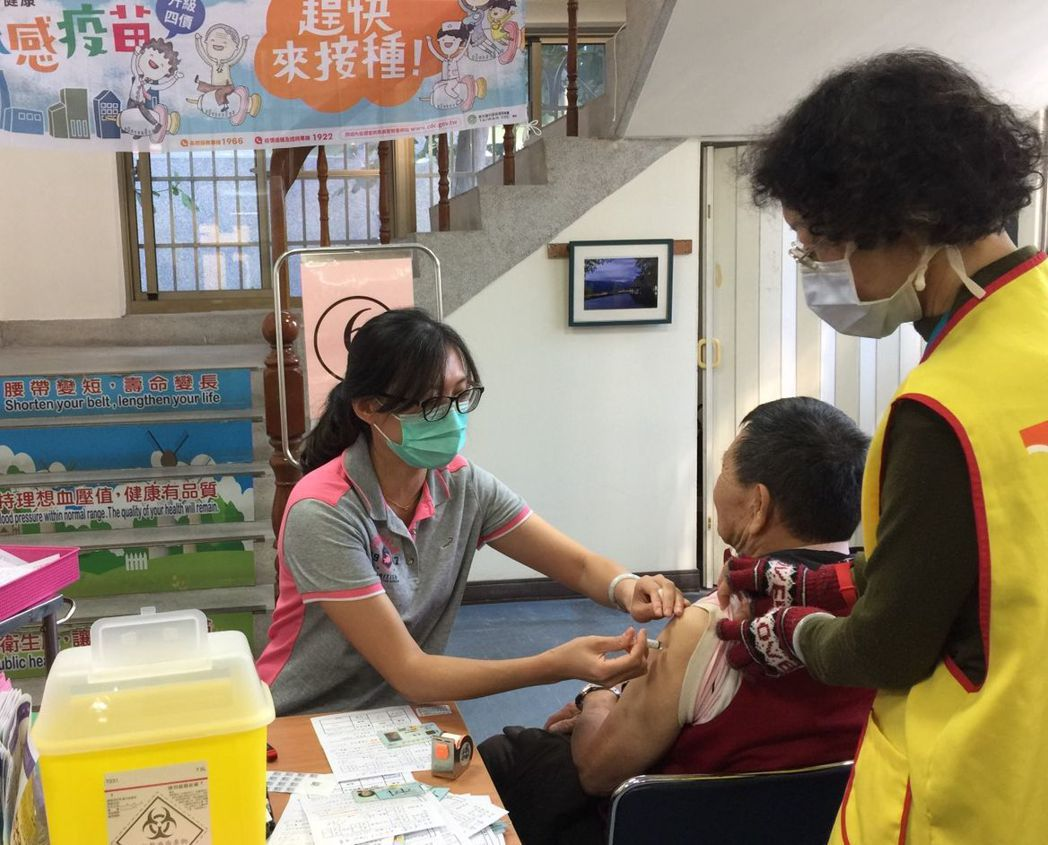 公費流感疫苗第二階段對象老人及學齡前幼兒接種踴躍,出現第一波接種潮,預計元旦起會...