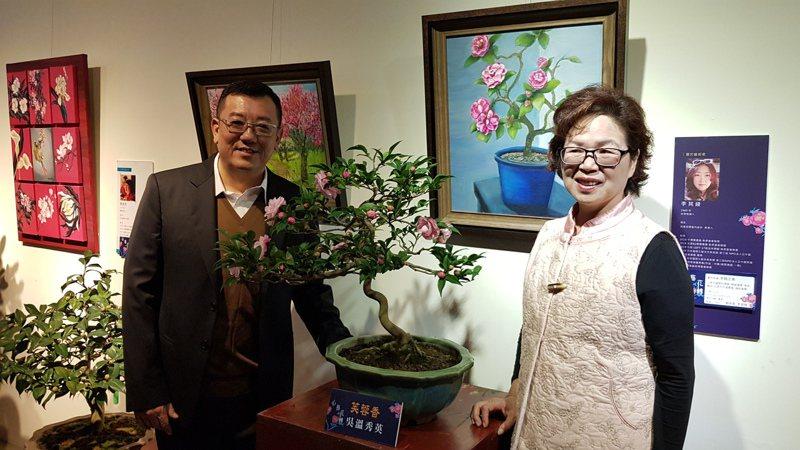 新竹市茶花設計展今天開幕,市議會議長許修睿(左)、茶花學會理事長洪素靜(右)邀大家來欣賞茶花及品味多元藝術創作之美。記者黃瑞典/攝影