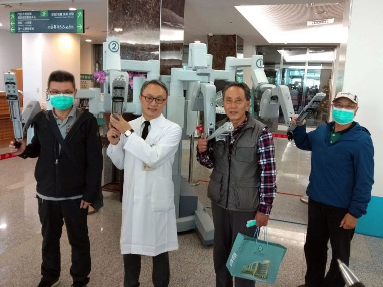 台中榮總泌尿外科主任裘坤元(左二)說,台中榮總泌尿外科自104年發展機器人輔助,...
