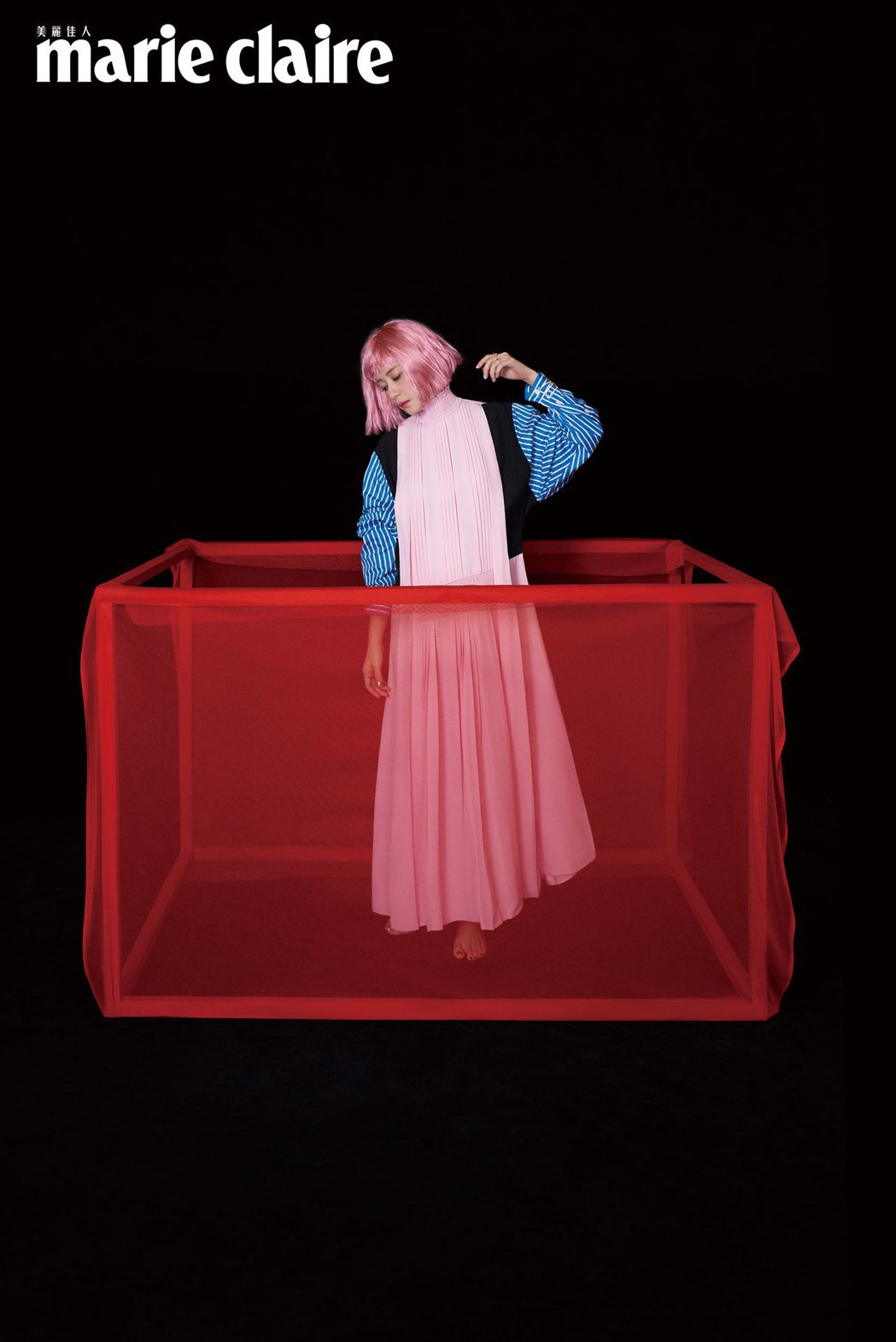 賈靜雯一頭粉紅色俐落短髮拍攝時尚雜誌。圖/Marie Claire美麗佳人提供