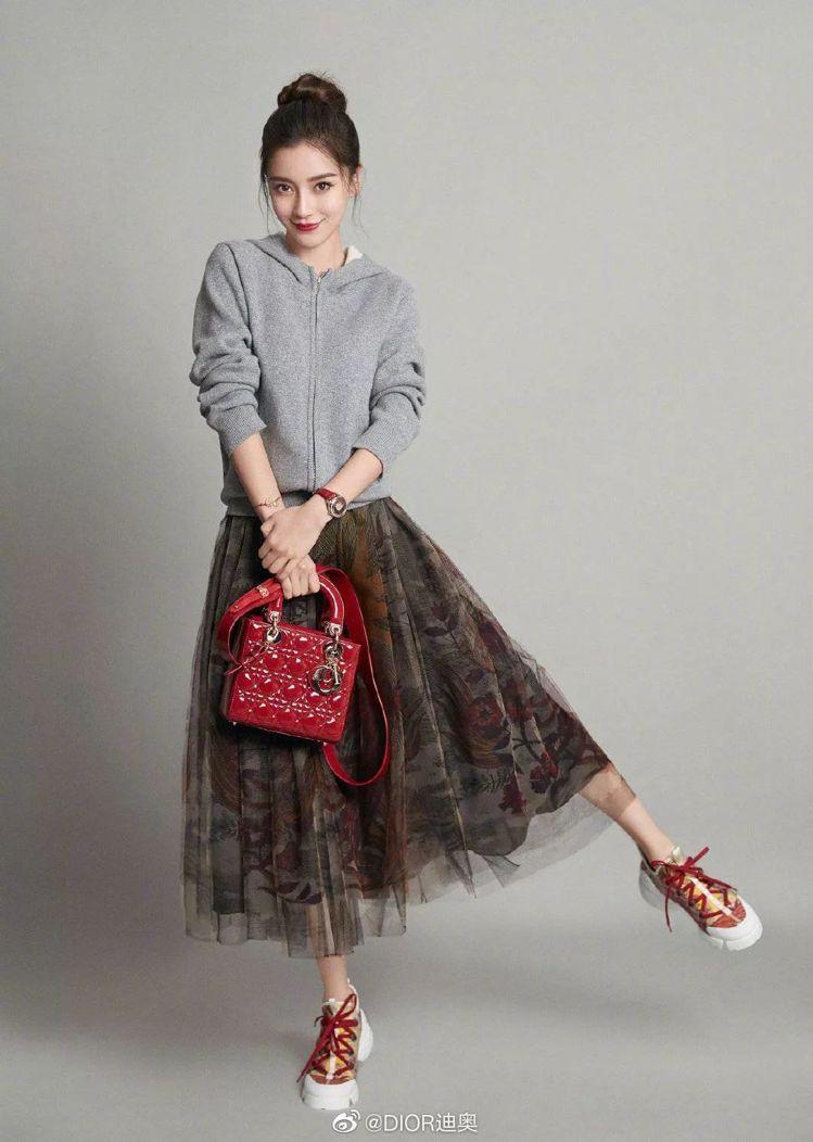 Angelababy手提紅色Lady Dior包款,穿上帽T和紗裙詮釋新年系列。...
