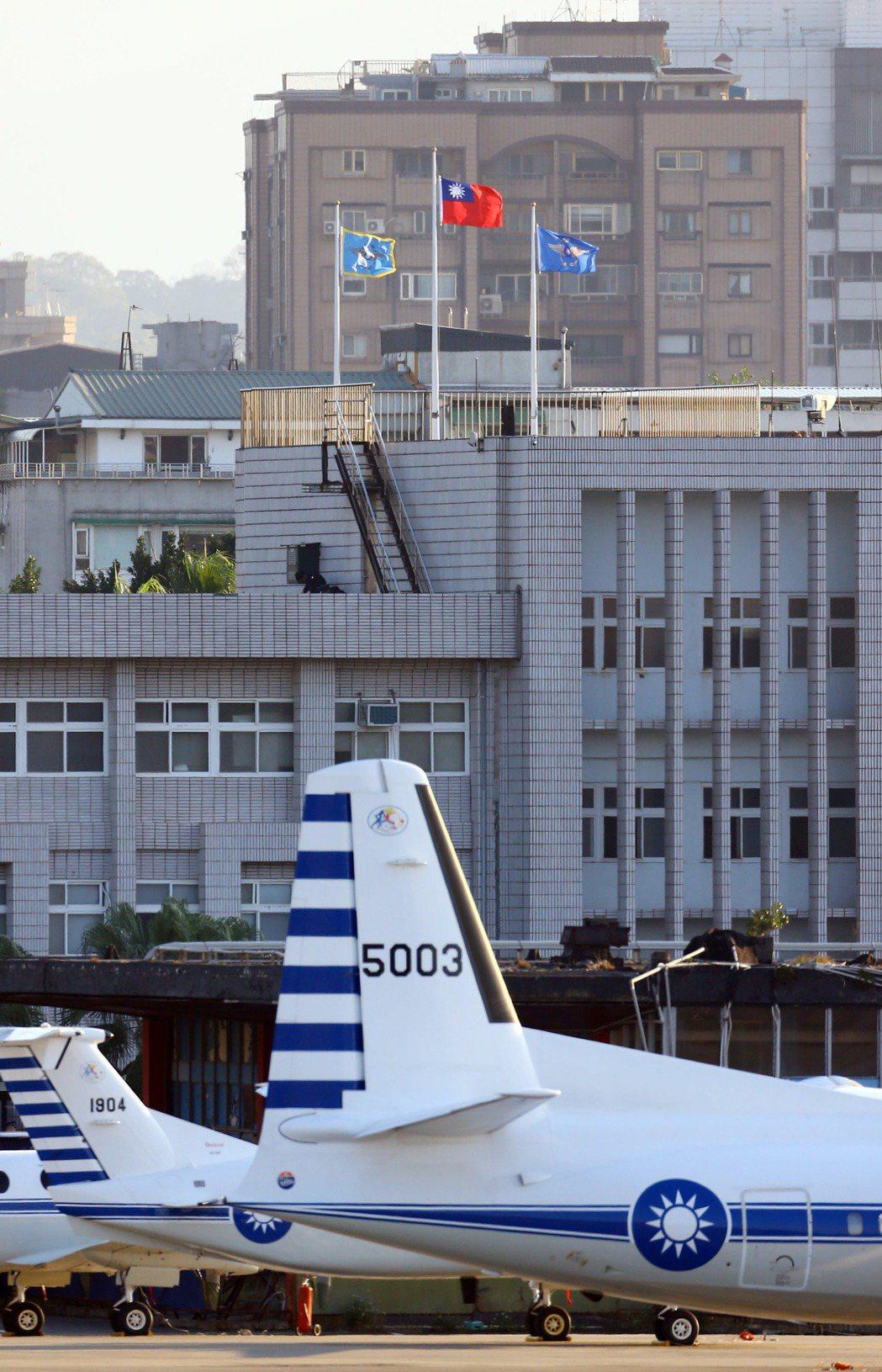 空軍松山指揮部降半旗致哀。記者杜建重/攝影