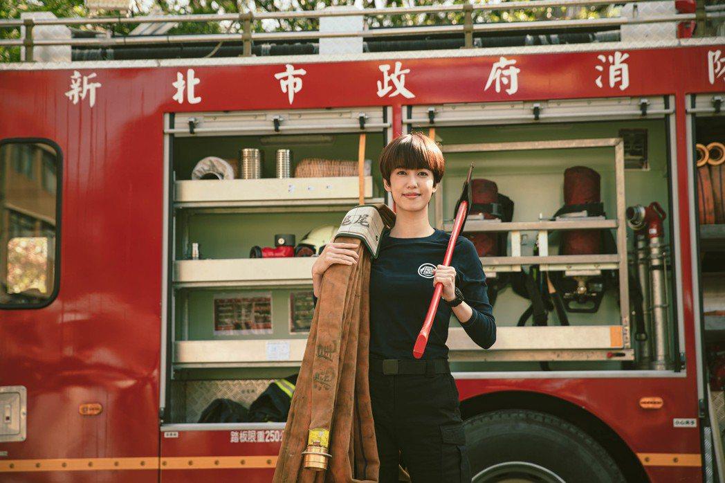 陳庭妮飾演女消防隊員,剪去留了10年的長髮。圖/公視提供