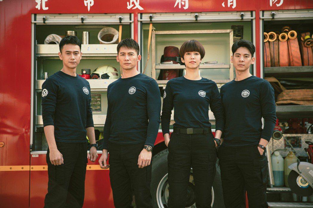 劉冠廷(左起)、溫昇豪、陳庭妮、林柏宏在「火神的眼淚」中飾演消防隊員。圖/公視提...