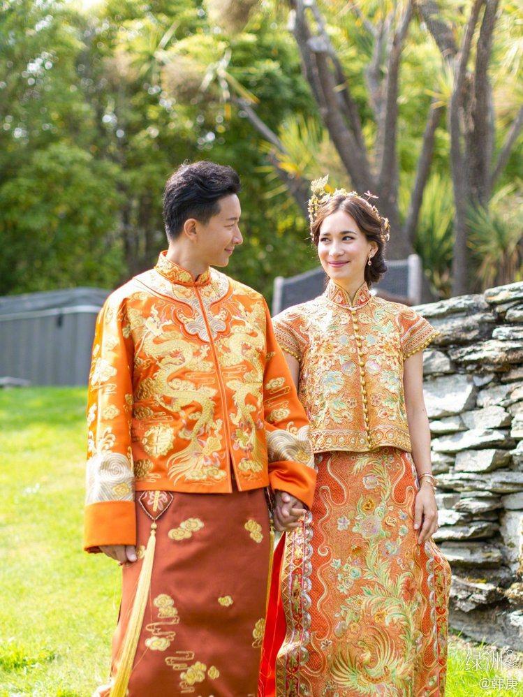 韓庚先是在個人的微博上貼出一張兩人身穿中式金線刺繡的紅色禮服,並加註「你好,我的...
