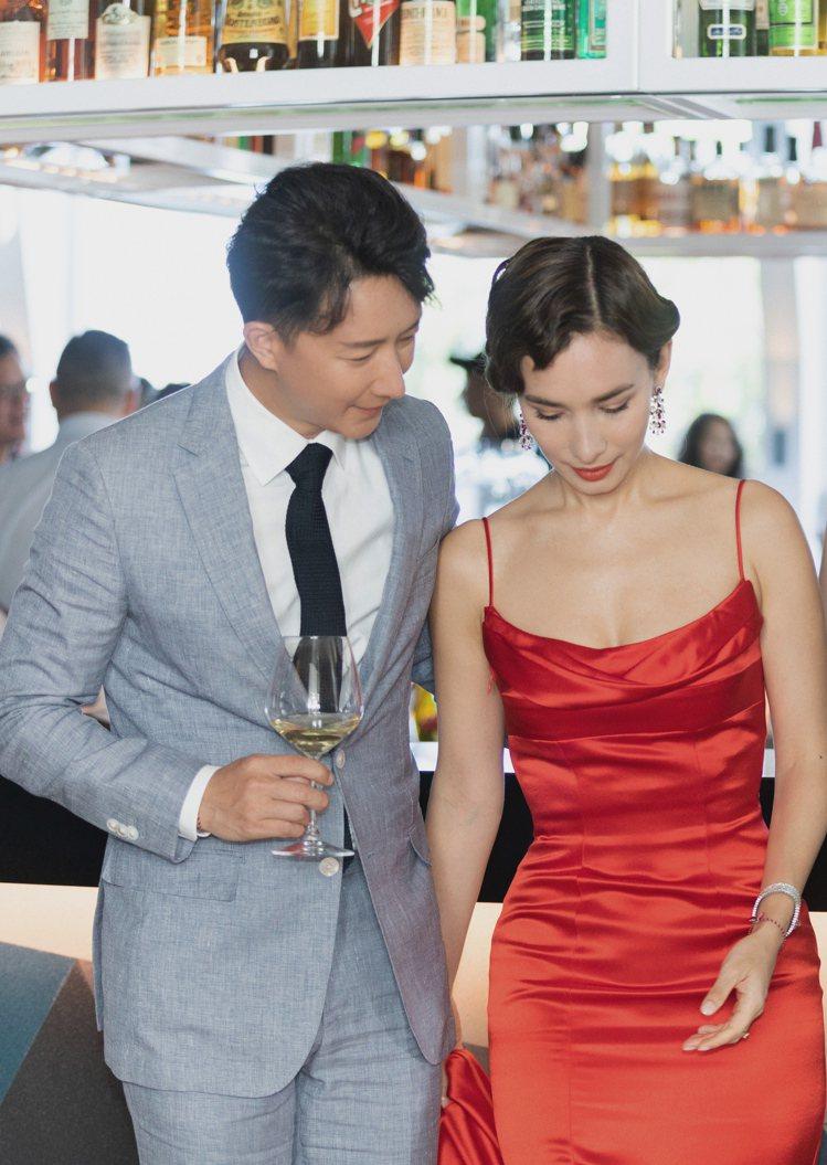 韓庚在婚禮前的晚宴,身穿BOSS的「Made To Measure」量身訂製灰藍...