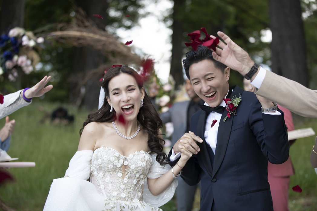 正式婚禮時,韓庚選穿BOSS的「Made To Measure」量身訂製訂製海軍...