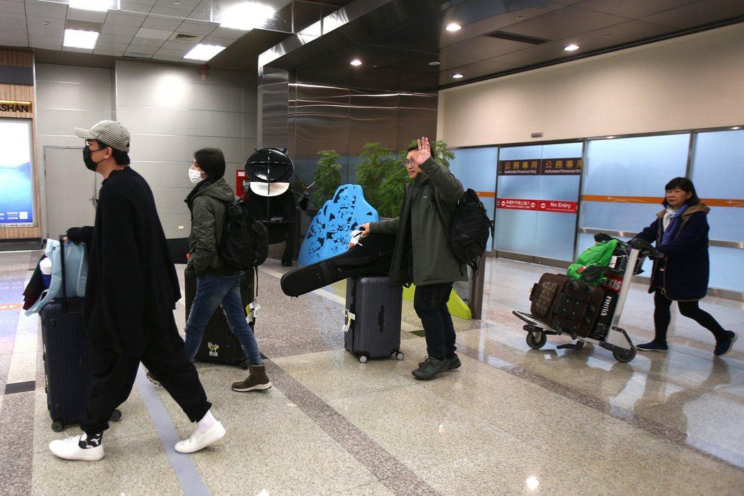 中國湖北省武漢市近期陸續出現不明原因肺炎疫情,很多搭機回台民眾都戴上口罩。...