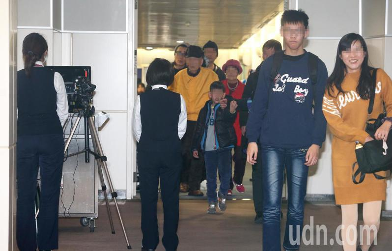 衛生福利部疾病管制署檢疫人員,2日在中國東方航空公司從武漢飛抵桃園機場班機的空橋架設機動型紅外線檢測儀(左),執行下機旅客發燒篩檢的檢疫作業。記者陳嘉寧/攝影