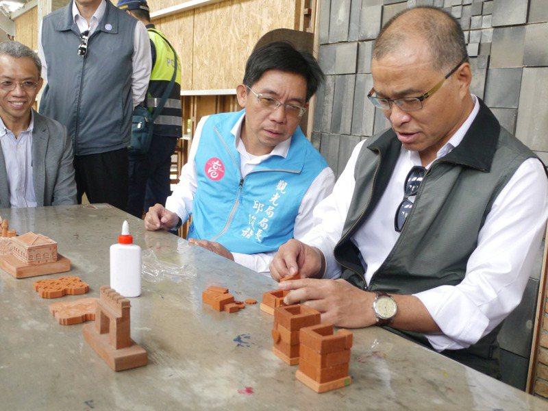 高市副市長葉匡時(右一)昨在三和瓦窯體驗DIY項目,神情專注。記者徐白櫻/攝影
