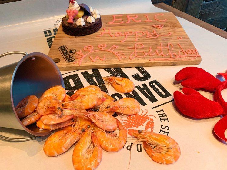 蟹舞推出「幾歲生日就送幾隻白蝦」的壽星慶生方案。圖/蟹舞提供