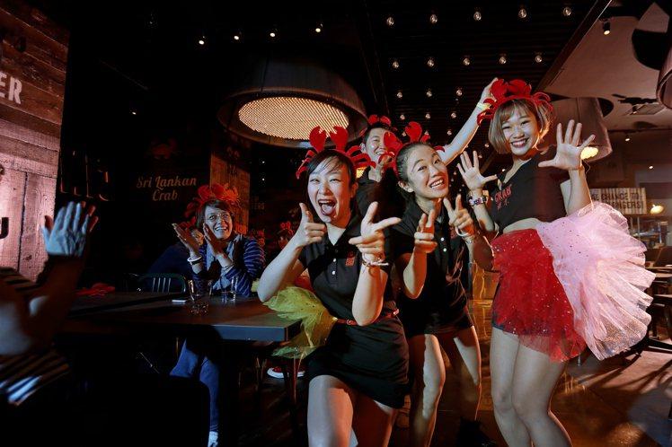 每隔45分鐘,蟹舞店員就會帶來熱鬧的舞蹈表演。圖/蟹舞提供