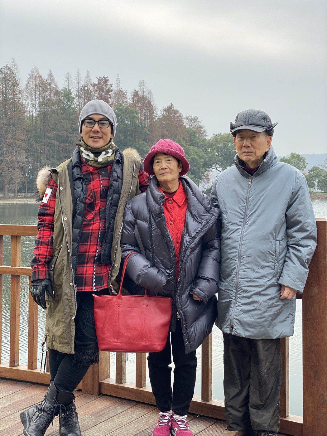 任賢齊特別抽空帶著爸媽返鄉探親兼遊武漢。圖/寰亞唱片提供