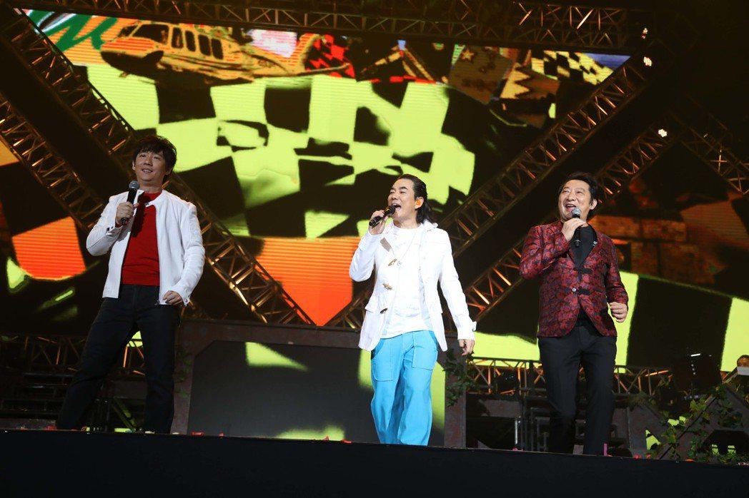 任賢齊日前跨年夜於武漢舉辦「齊跡」演唱會,邀來阿牛(左)和九孔(右)擔任嘉賓。圖...