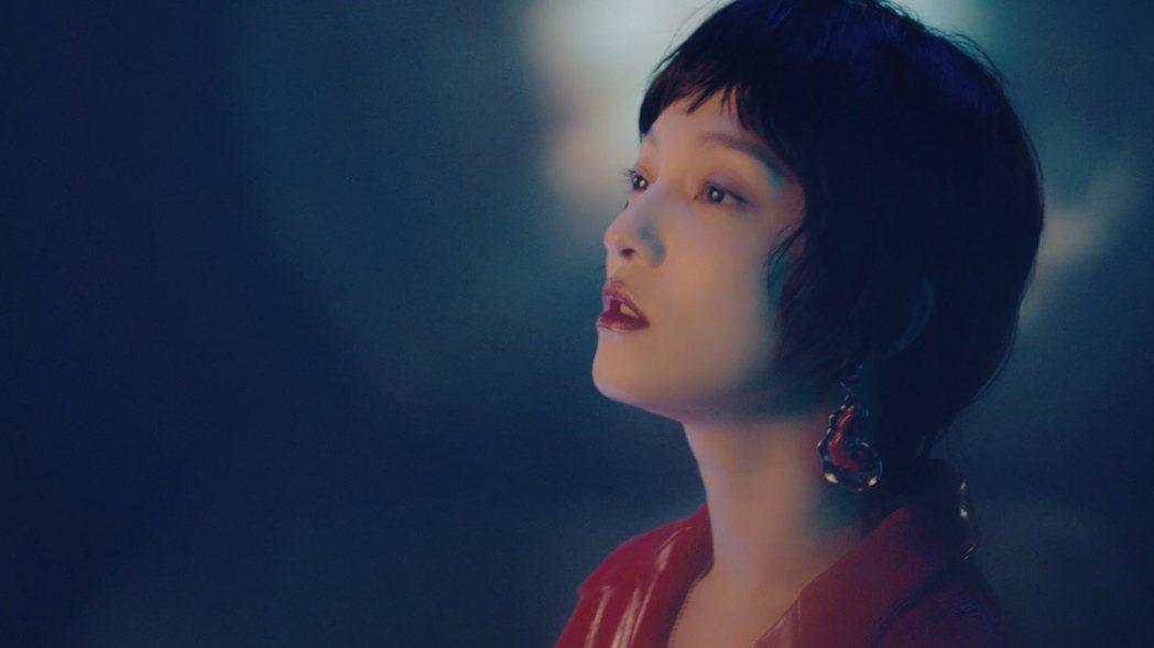 張韶涵在新歌「我」MV戴上「狗捲毛」假髮,被網友笑虧撞臉郭采潔。圖/心喜文化提供